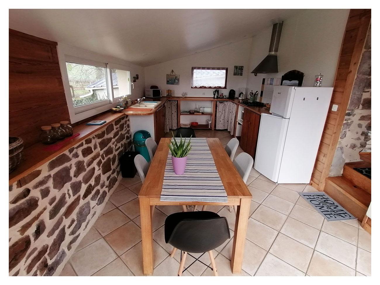 La cuisine-salle à manger du gïte La Parisière est entièrement équipée