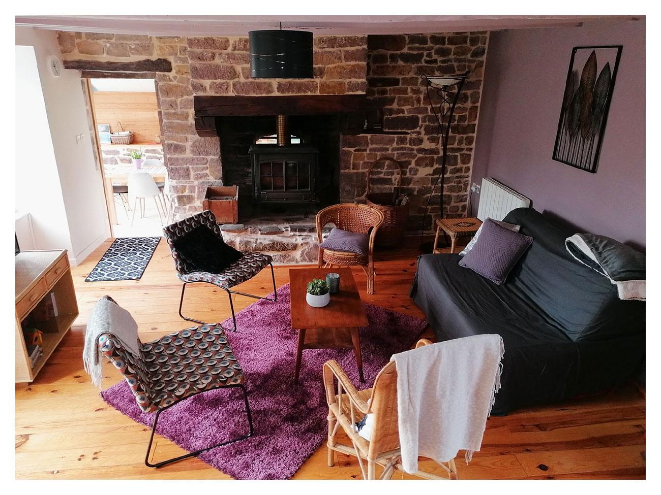 Le salon du gîte La Parisière,, un espace chaleureux et convivial autour de la cheminée